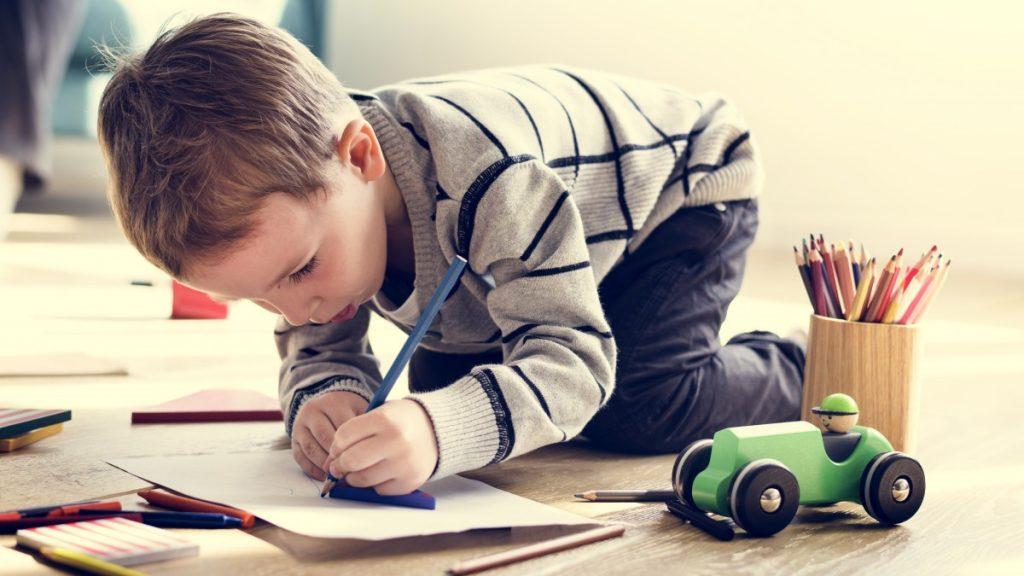 enfant-garcon-dessine-attentif-concentre-1200w
