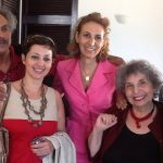 Nine Moati (au centre) entourée d'amis tunisiens lors d'une de ses visites à Tunis : on reconnait de gauche à droite l'écrivain Mohamed Cherif Ferjani, Amna Guellali (Amnesty International) et Samir Taieb (ancien ministre de l'Agriculture).