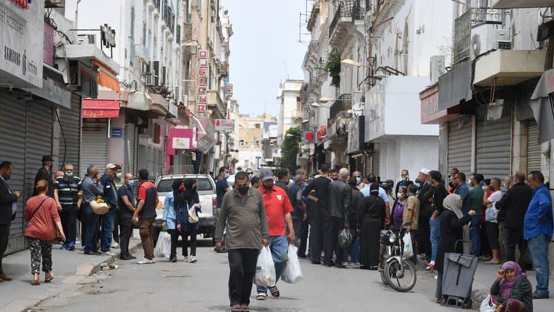 Des-passants-dans-la-ville-de-Tunis-en-Tunisie-le-11-mai-2021-1067887